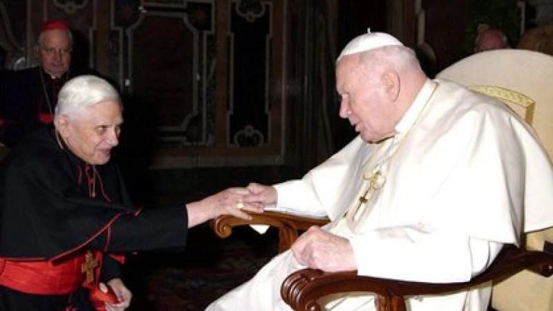 Ratzinger junto a Juan Pablo II durante una reunión con la Curia en el Vaticano (Foto: AFP)