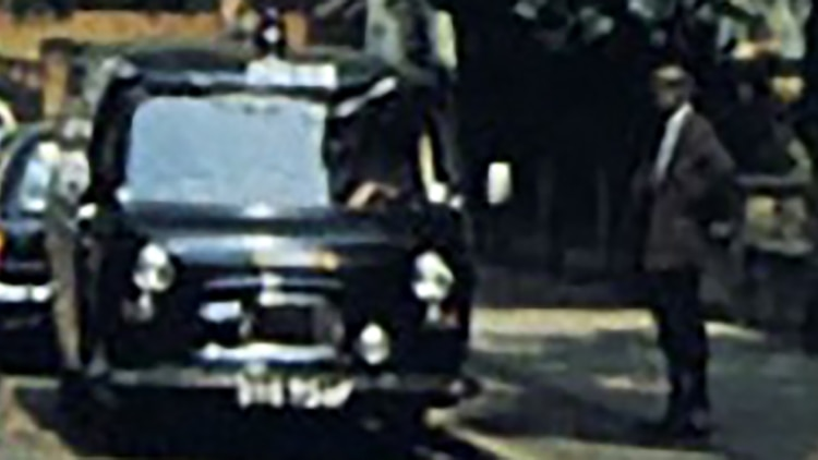 Un hombre observa a Los Beatles cruzar la calle