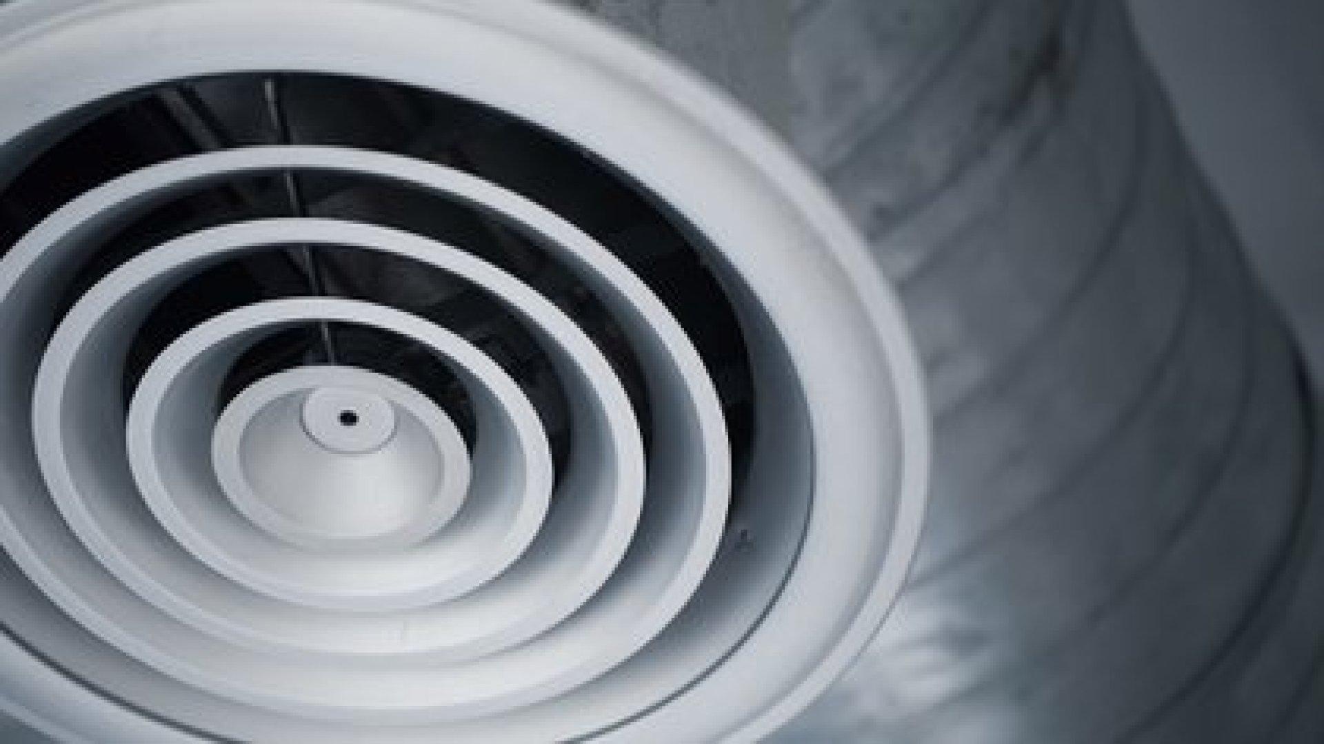 """La transmisión por """"aerosol"""" -a veces denominada """"aerotransportada""""-es similar a la transmisión por gotitas, excepto que los trozos de líquido son tan pequeños que pueden permanecer en el aire durante minutos u horas (Shutterstock)"""