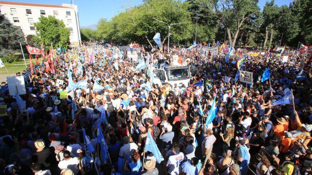Durante la mañana de hoy comenzaron a llegar las primeras columnas de manifestantes al frente de la gobernación de Mendoza
