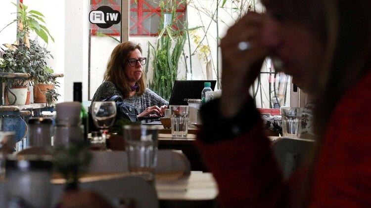 Los bares, restaurantes y aeropuertos suelen ofrecer acceso a wifi públicas (Reuters)