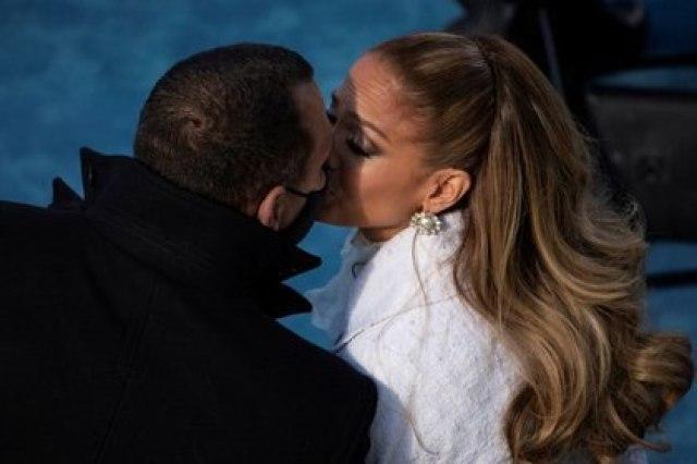 IMAGEN DE ARCHIVO. Jennifer Lopez besa a su prometido Alex Rodríguez después de actuar en la toma de posesión del presidente Joe Biden, en el Capitolio, Washington, EEUU, el 20 de enero de 2021. Caroline Brehman/Pool vía REUTERS