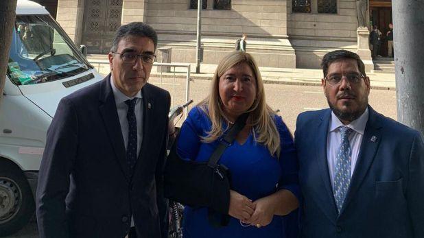 Ariel Ariza, presidente de la FAM; Marcela Ruiz, vicepresidenta primera; y Eduardo Barrionuevo, secretario de Relaciones Institucionales, al ingresar a Diputados este mediodía.