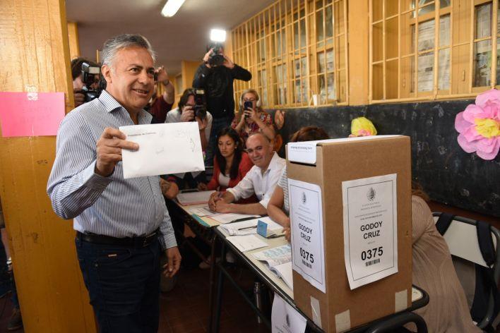 El gobernador Alfredo Cornejo votó en una escuela de Godoy Cruz