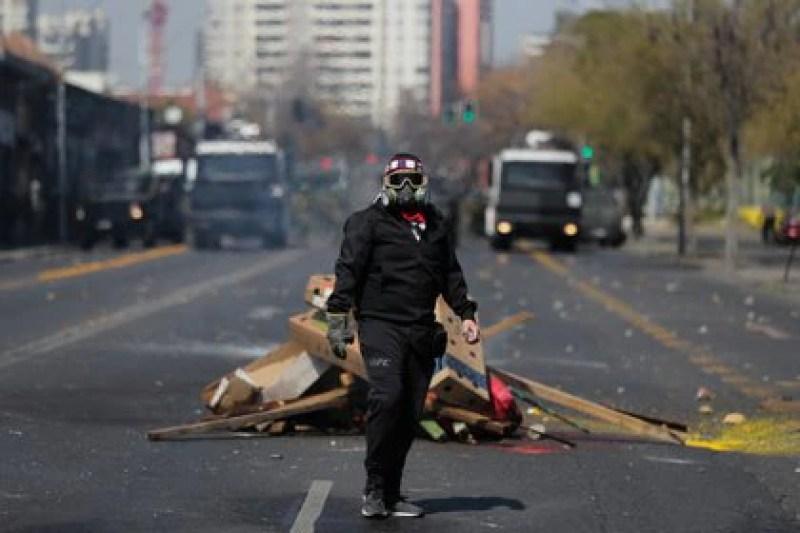 Un manifestante durante los incidentes en Chile, a 47 años del Golpe Militar. REUTERS/Ivan Alvarado