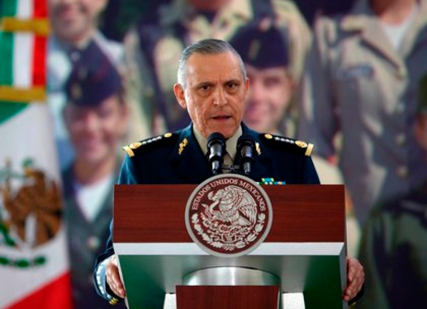 Upon his arrival in Mexico, as a free citizen, the general descended from the aircraft to undergo a medical expert examination (Photo: EFE / José Méndez)