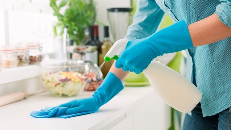 Limpiar siempre las superficies (Shutterstock)