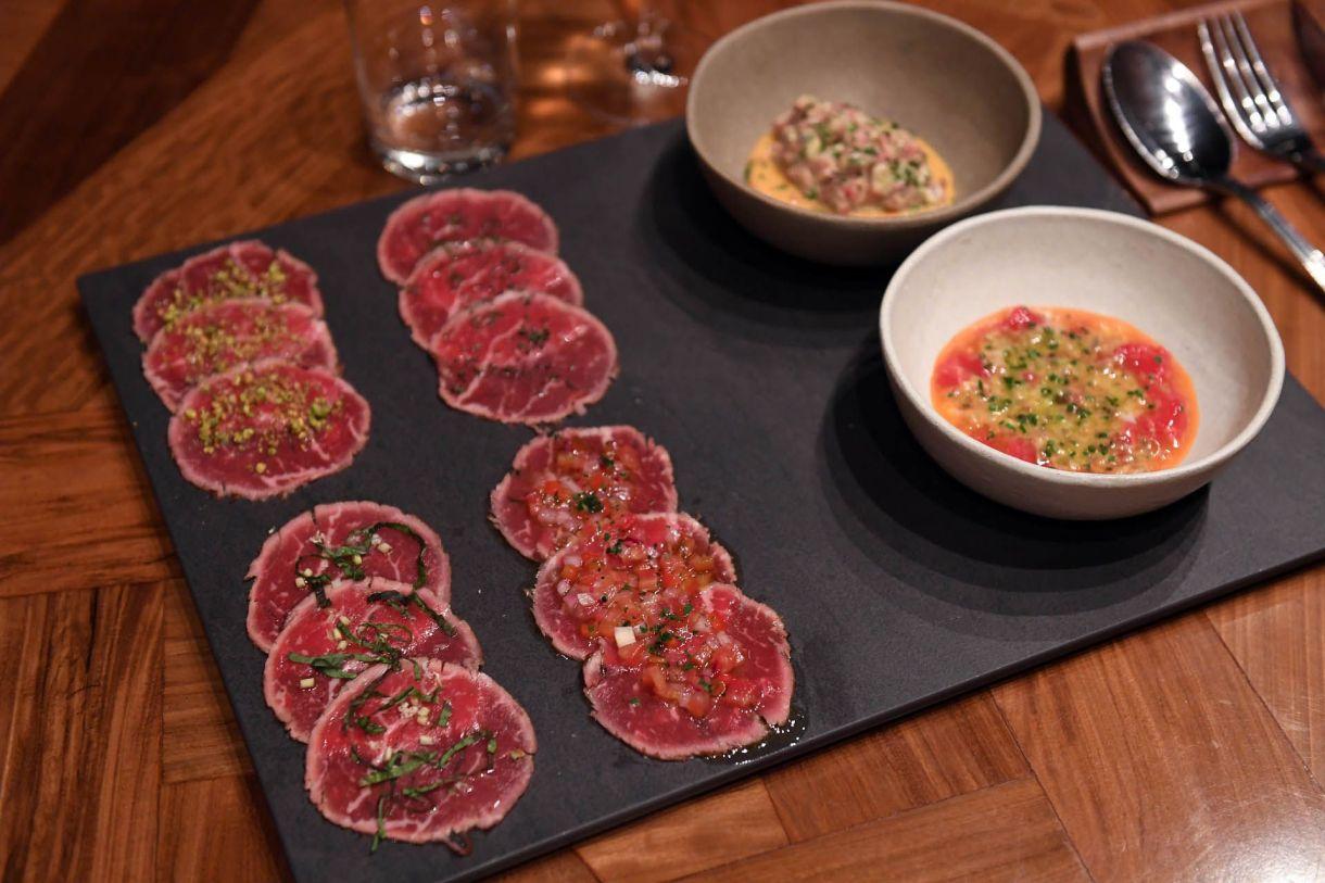 El mismo dueño ideó el menú y acepta críticas para mejorarlo. Su tabla vegetariana o vegana tiene gírgolas rosadas o doradas de su huerta