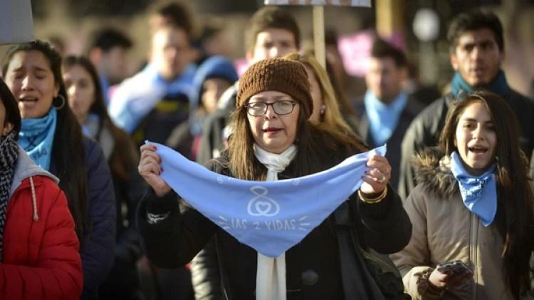 El pañuelo azul que identifica a quienes se oponen a la despenalización del aborto (Foto: G. Gavotti)