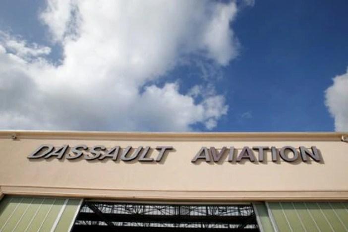 Imagen de archivo del logo del fabricante francés de aviones Dassault Aviation en un hangar en Merignac, cerca de Burdeos, Francia. 8 octubre 2019. REUTERS/Regis Duvignau