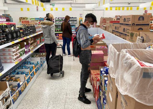 Imagen de referencia. Personas haciendo compras en un supermercado de Bogotá. Foto: REUTERS/Luisa González