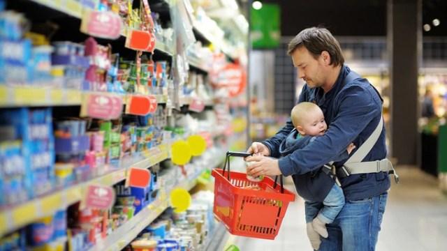Los precios de la canasta básica, sobre todo alimentos, son los que tienden a ser más impactados por las fluctuaciones del dólar