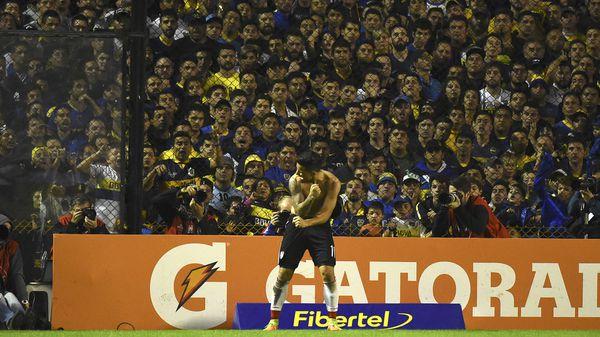 El delantero exhibe el dibujo ante los hinchas de Boca (AFP)
