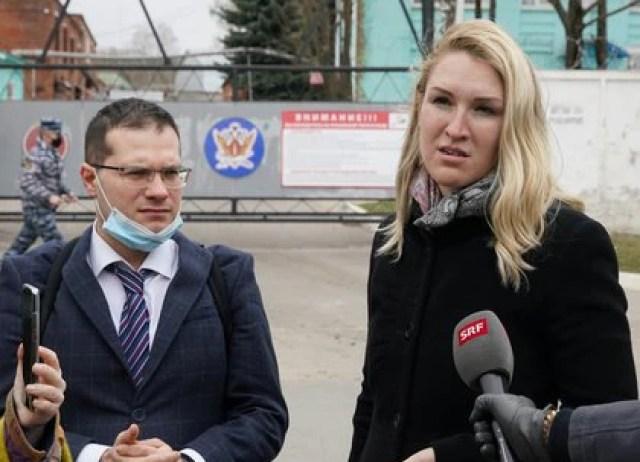 Los médicos de Navalny Yaroslav Ashikhmin y Anastasiya Vasilyeva afuera de la colonia penal IK-3 en Vladimir. (REUTERS/Tatyana Makeyeva)