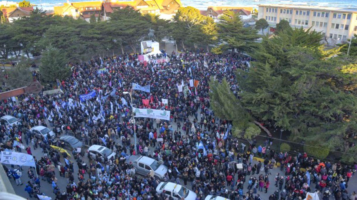 Una de las masivas marchas en apoyo a los maestros, luego de que una patota de petroleros los agrediera durante un piquete en las rutas de Chubut.