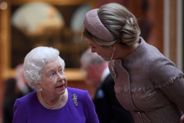 La reina Isabel II habla con la reina Máxima de los Países Bajos mientras ven artículos holandeses de la Colección Real en el Palacio de Buckingham en Londres el 23 de octubre de 2018, durante la visita de Estado de dos días de los reyes de Holanda