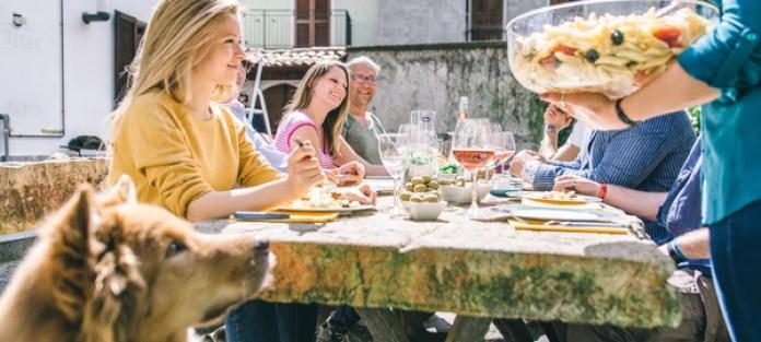 Compartir los gastos de comidas y supermercado es otro de los beneficios de esta tendencia en viajes (Getty)