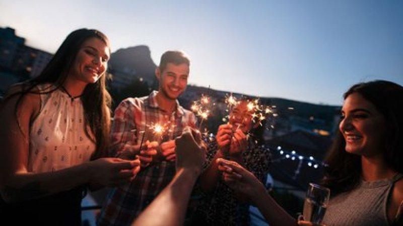 Para los especialistas, la manera más segura de reunirnos en las Fiestas es teniendo siempre en cuenta que el aire libre minimiza el riesgo (Shutterstock)