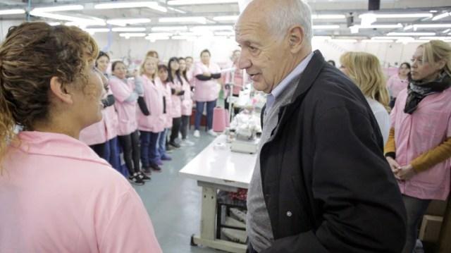 Roberto Lavagna durante una recorrida por una fábrica de La Matanza