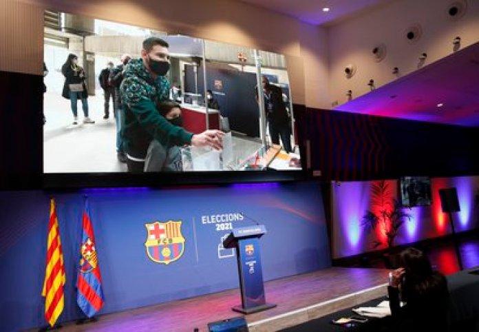 El astro argentino se acercó al Camp Nou para dejar su voto (Reuters)