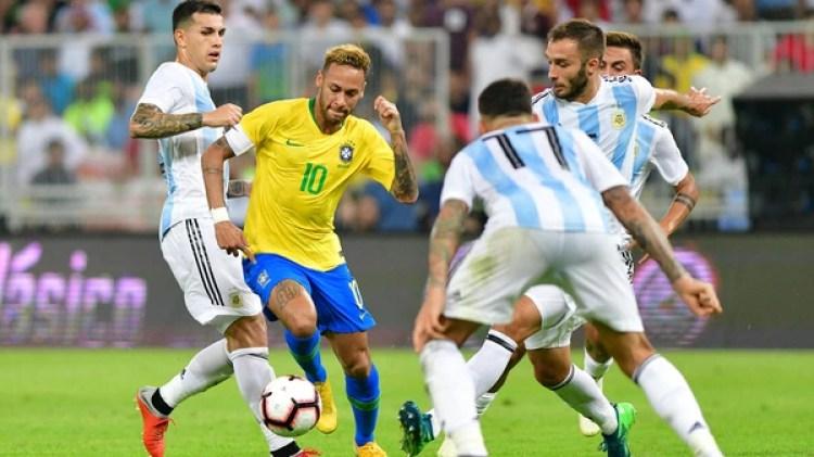 Neymar conduce el balón y varios argentinos se plantan como obstáculos (REUTERS/Waleed Ali)