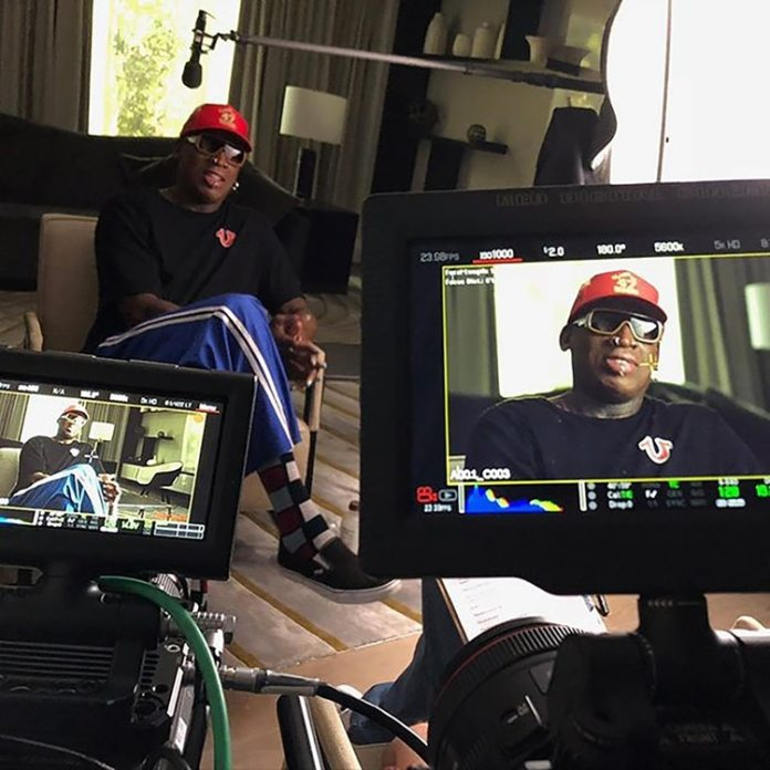 En su salsa, Dennis frente a las cámaras para el documental de Netflix.