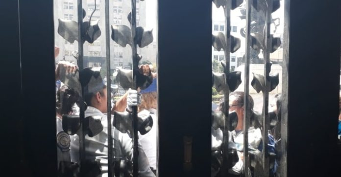 Personas se quedaron afuera del Palacio (Patricia Juárez / Infobae)