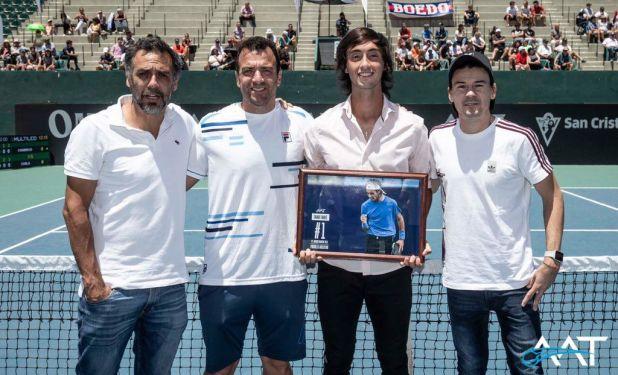 Tirante, en el reconocimiento que le realizó la Asociación Argentina de Tenis (Twitter: @AATenis)