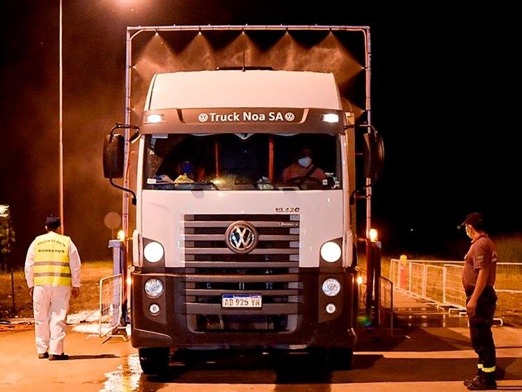 El túnel desinfectante para vehículos instalado en la entrada del departamento de Orán