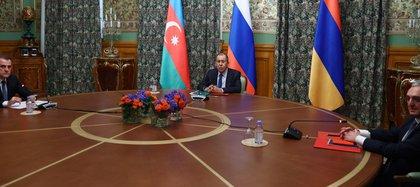 Foto de la mesa de negociaciones entre los ministros de Relaciones Exteriores de Armenia, Rusia y Azerbaiyán. Foto: EFE/Ministerio ruso de Asuntos Exteriores