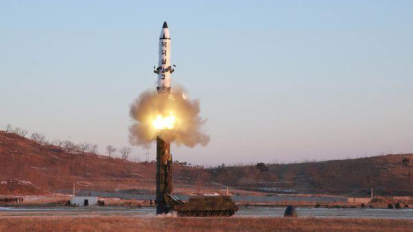 Uno de los misiles norcoreanos que se probó durante 2017. (Reuters)