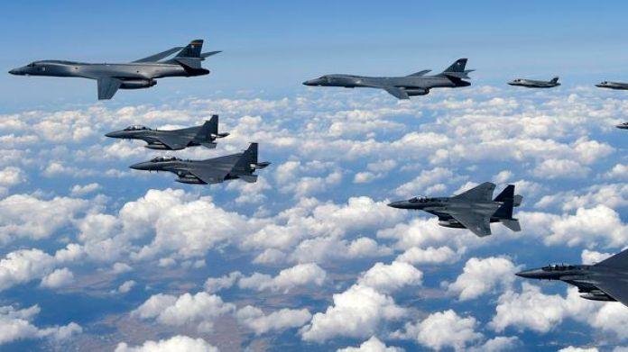 Bombarderos B-1B y cazas F-35B vuelan cerca de la península británica (AFP)