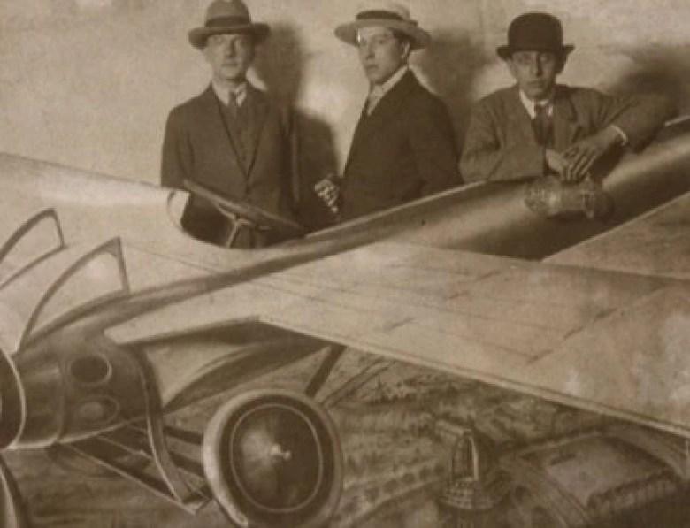 André Breton (en el centro) junto a Paul Eluard (izquierda) y Robert Desnos (derecha). Foto: Cci/Shutterstock (6044593ji)