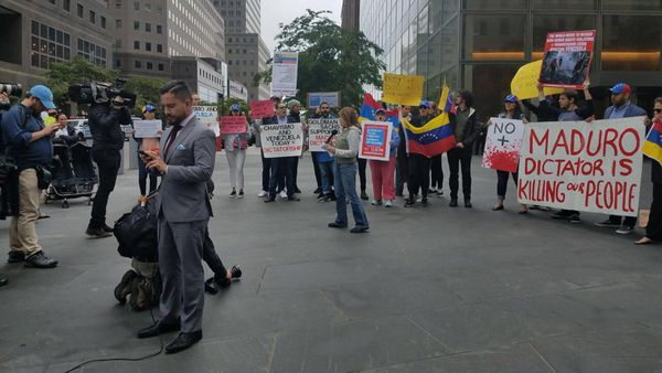 """""""El dictador Maduro está matando a nuestragente"""", indica una pancarta en la protesta (Maibort Petit)"""