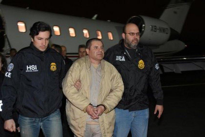 """El narcotraficante mexicano, Joaquín """"El Chapo"""" Guzmán siendo escoltado a su llegada a Estados Unidos, el 19 de enero, 2017 (Foto: U.S. officials/Handout via REUTERS)"""