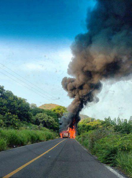 Enfrentamiento en Buenavista Michoacán (Foto: Twitter@fernand17704066)