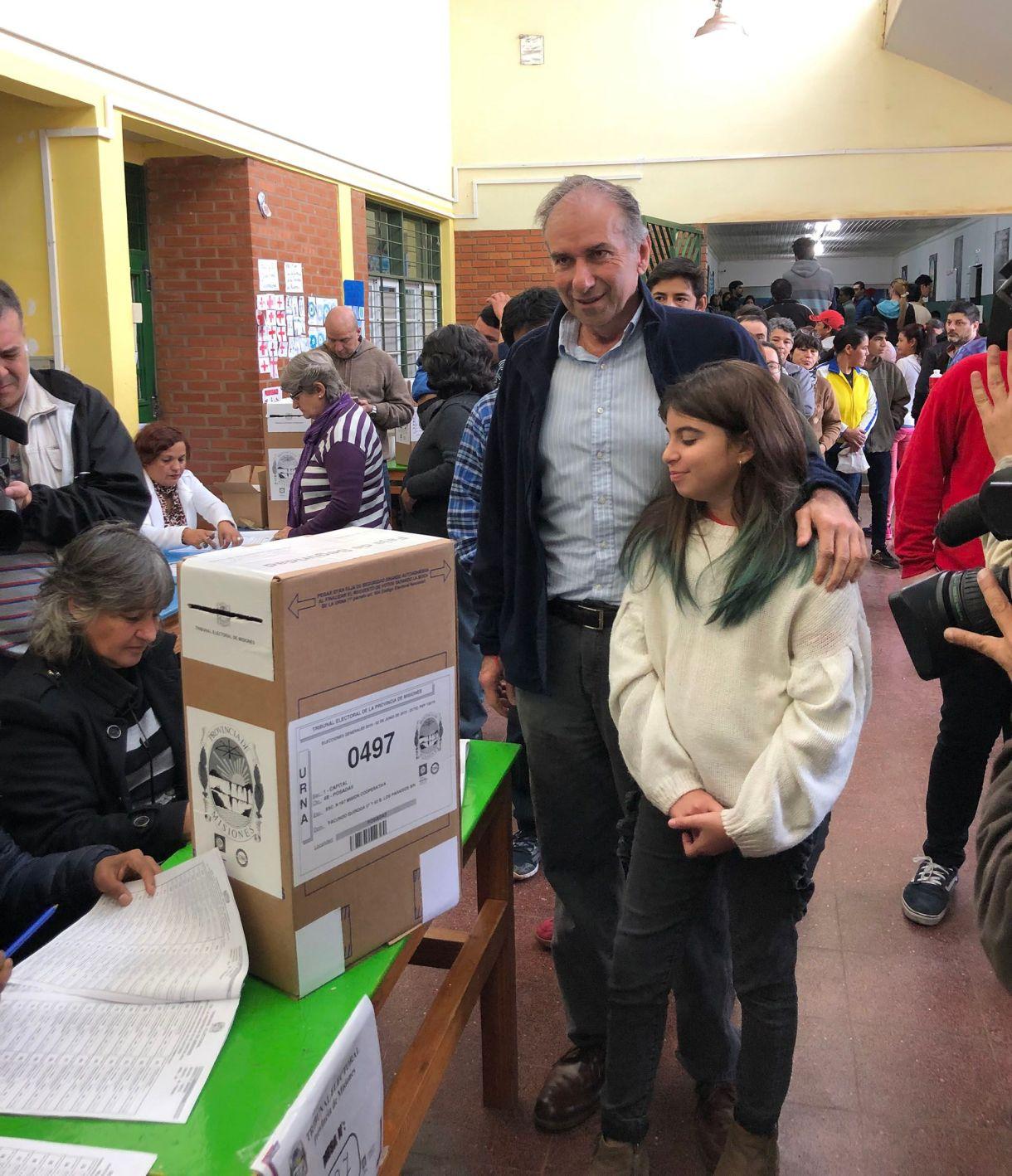 Humberto Schiavoni, presidente del PRO nacional se acercó a votar acompañado por su hija (Prensa Cambiemos)