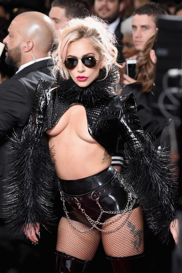 Lady Gaga , rock metálico en su outfit (Frazer Harrison/Getty Images)