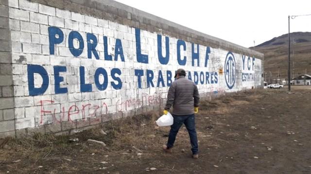Los voluntarios levantan los pedazos de carne envenados (Facebook/Patitas de la Cuenca)