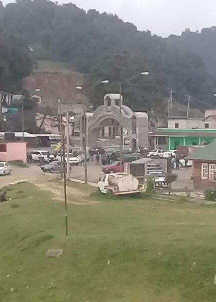 El miércoles a las 19:00 horas, hombres armados abordo de camionetas llegaron al municipio de Chiapas, para levantar al regidor Mariano Sántiz (Foto: Twitter/LPueblo2)
