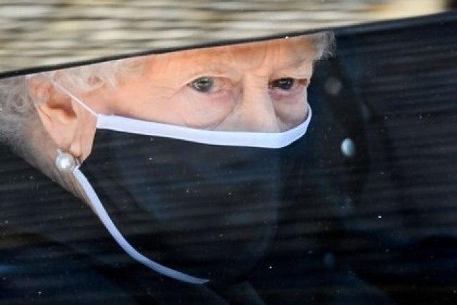 La reina Isabel II de Gran Bretaña llega al funeral de su esposo, el príncipe Felipe, quien murió a los 99 años, en la Capilla de San Jorge, en Windsor, Gran Bretaña, el 17 de abril de 2021