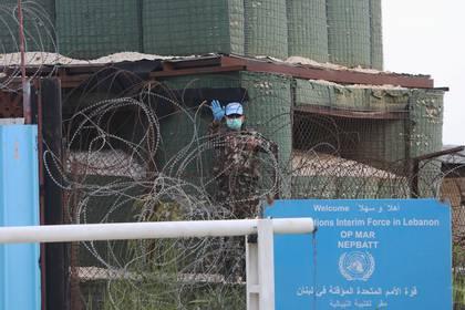 Un agente de mantenimiento de la paz de la ONU de la Fuerza Provisional de las Naciones Unidas en el Líbano (FPNUL) con un guante y una máscara protectora en su puesto en la aldea de Markaba, sur Líbano 17 de abril de 2020. (REUTERS / Aziz Taher)