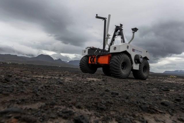 El explorador robótico recorre el campo, con condiciones similares a las de Marte (AFP)