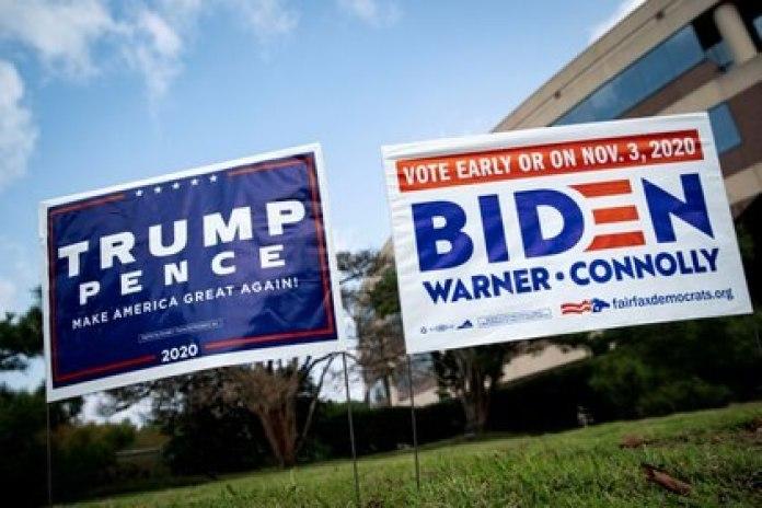 Afiches de ambos candidatos en un jardín de Fairfax, Virginia (Reuters)
