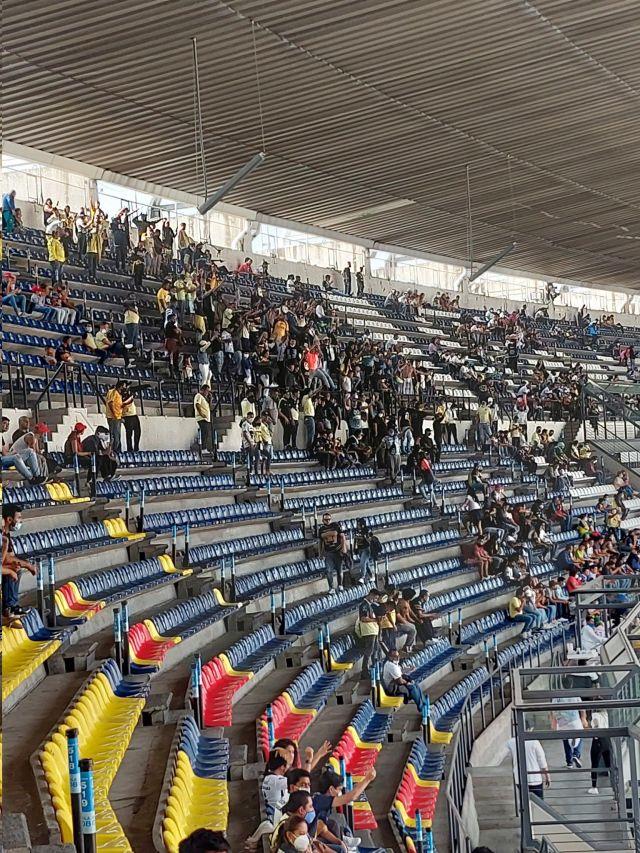 Pelea aficionado Pumas américa (Foto: Twitter@Anniithha)