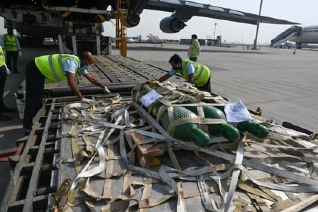 Ground personnel unload aid supplies for US coronavirus (Reuters)