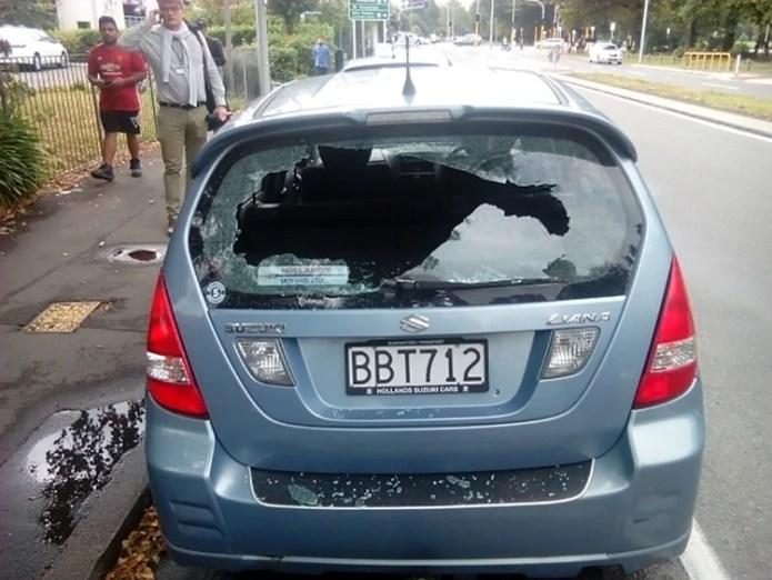 Un auto con los vidrios rotos cerca de la mezquita en Christchurch (Pete MARSDEN / AFP)