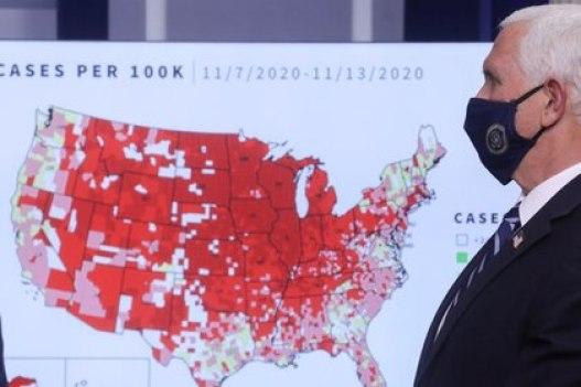 El vicepresidente Mike Pence muestra cómo se propagó el coronavirus en Estados Unidos (REUTERS/Leah Millis)