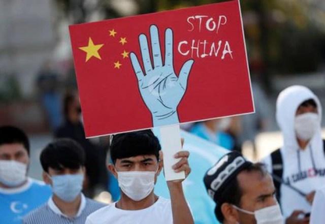 Manifestantes uigures en una protesta contra China en Estambul, Turquía en octubre 2020. REUTERS/Murad Sezer