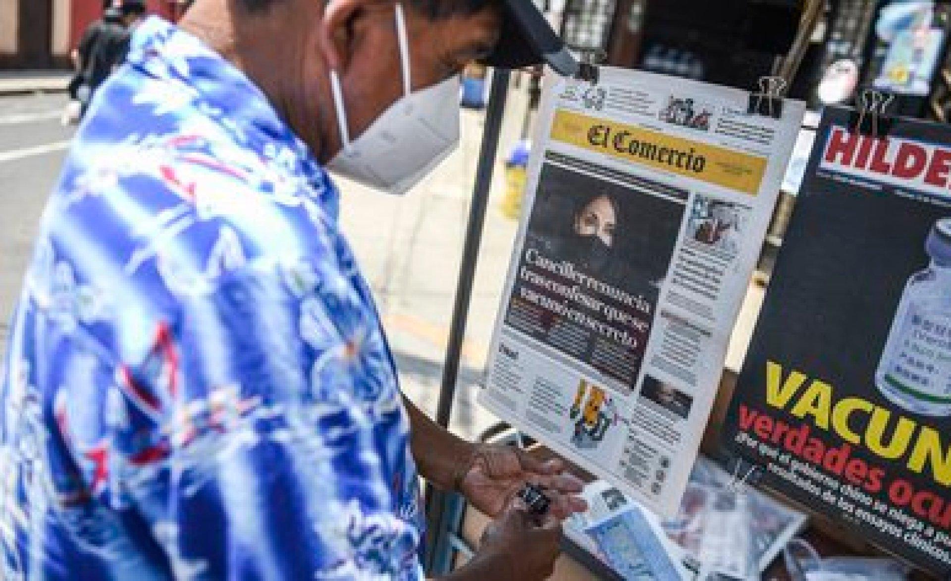 """Un puesto de periódicos en Lima, con tapas sobre el """"vacunagate"""" en Perú (Photo by Ernesto BENAVIDES / AFP)"""
